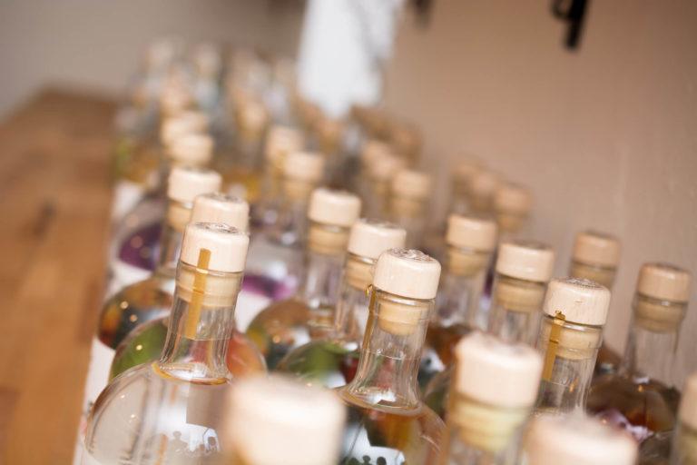 Schnapsflaschen nahaufnahme Destillerie Schnitzer